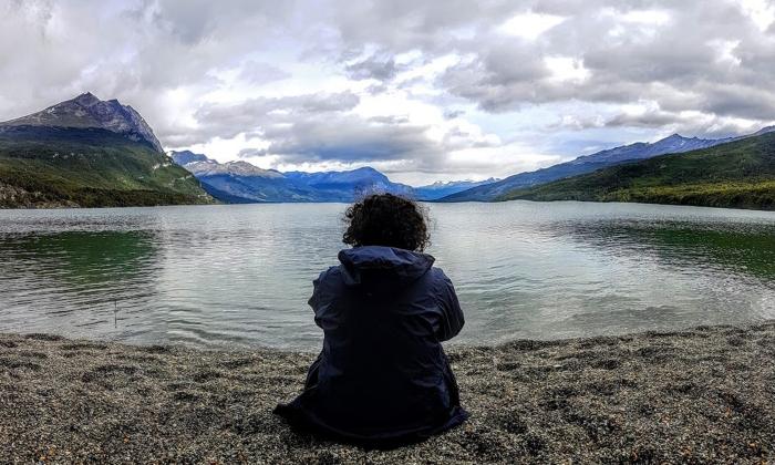 Lucia Miceli sul bordo di uno specchio d'acqua