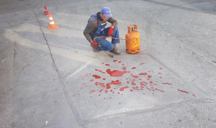 i buchi delle granate riempiti dalla vernice rossa