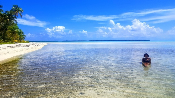 Lucia Miceli in spiaggia nella Polinesia Francese