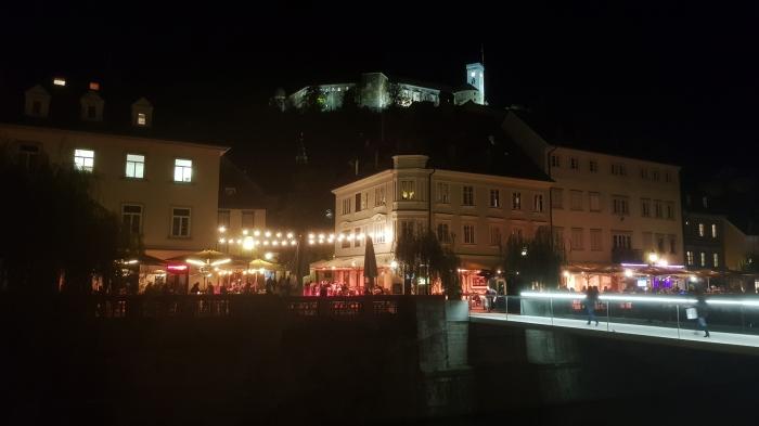 il lungofiume visto di sera con il castello in alto alla collina