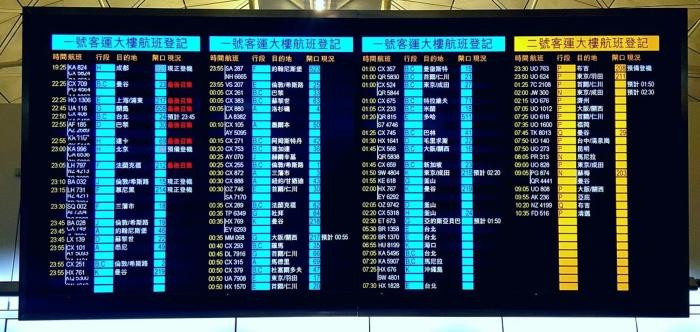 tabellone dei voli aerei all'aeroporto di hong kong