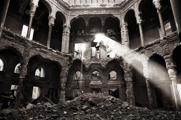 la biblioteca distrutta durante l'incendio