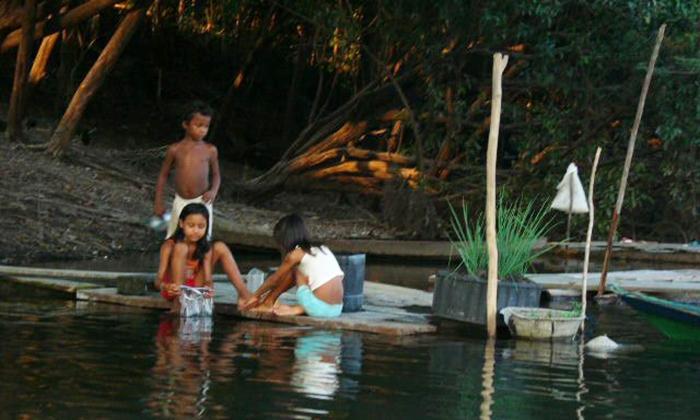 bambini sulle sponde del rio negro