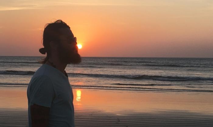 claudio pelizzeni davanti ad un tramonto