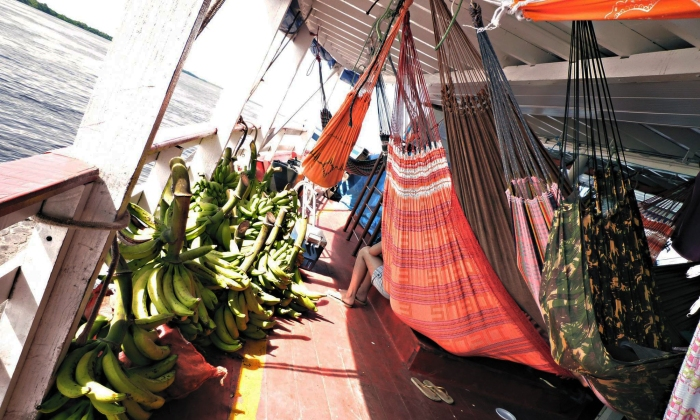 cianfrusaglie e cibo caricati a bordo del barcone