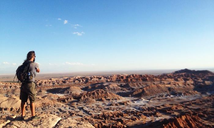claudio pelizzeni di fronte ad un deserto di rocce