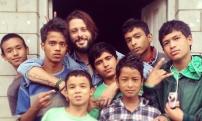 claudio pelizzeni con i bambini nepalesi