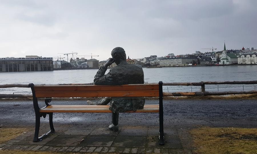scultura dal lago tjonin a reykjavik