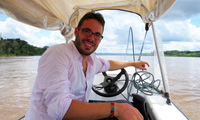 su una barca nel rio delle amazzoni
