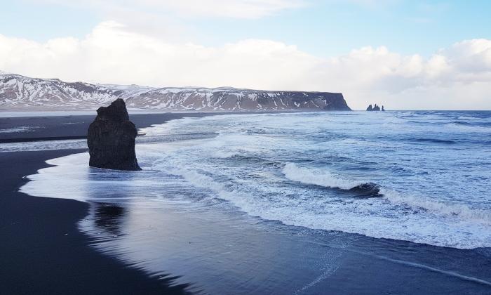 le scogliere e la spiaggia nera di vik